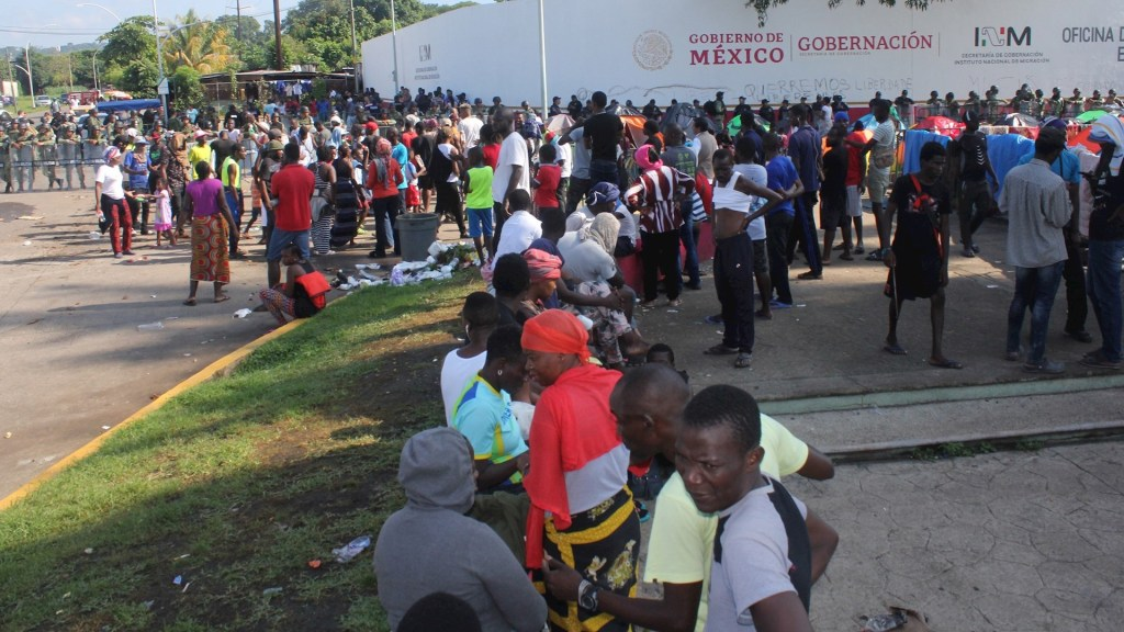 Agiliza México atención a refugiados - Migrantes de origen africano esperan ser recibidos por autoridades migratorias mexicanas. Foto de EFE/ Juan Manuel Blanco.