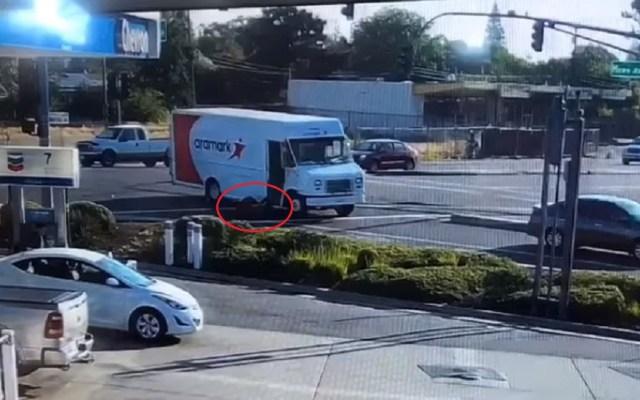 #Video Conductor ebrio cae de camión repartidor al girar abruptamente - Momento en que conductor de camión repartidor cae. Captura de pantalla