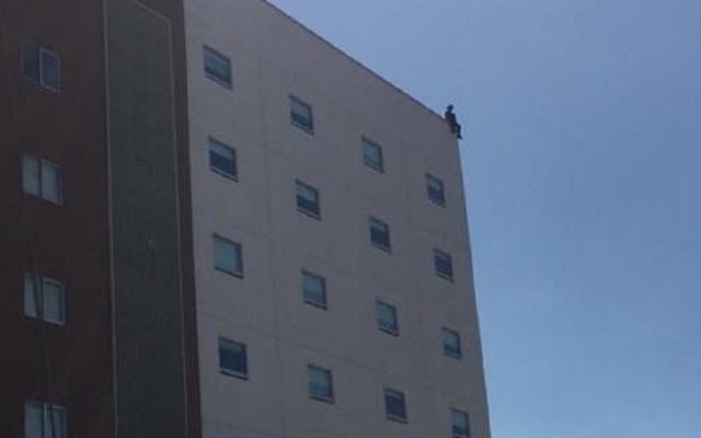 #Video Mujer se suicida lanzándose de azotea de hotel en Tijuana - Mujer en lo alto de hotel. Foto de Ángel Gzlez Alpuche / Periódico Frontera