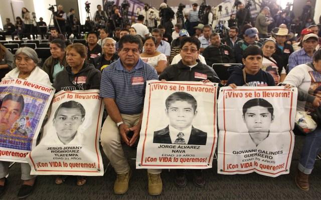 AMLO pide información a quienes tengan datos sobre Caso Ayotzinapa - Padres de los 43 normalistas de Ayotzinapa. Foto de EFE