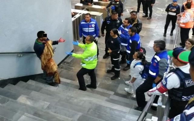 Hombre se corta el cuello en Metro Pantitlán - Personal médico del Metro convenciendo a hombre de ser trasladado a un hospital. Foto de @CoordinacionDM