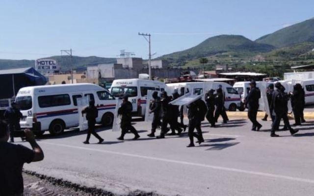 Repliegan a manifestantes que bloqueaban carretera México-Acapulco - Petaquillas Guerrero. Captura de Pantalla.
