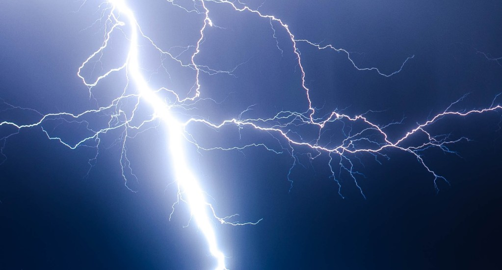 Niña muere en Nicaragua por impacto de un rayo - Rayo tormenta eléctrica