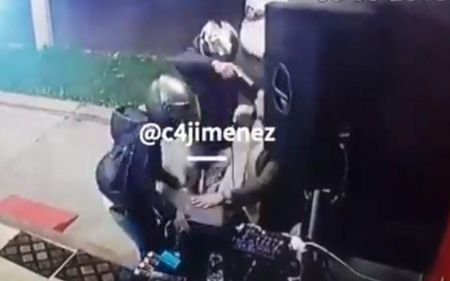 #Video Roban laptop a cantante y 'ángel' le envía dinero para una nueva - Robo de laptop a cantante. Captura de pantalla / @c4jimenez