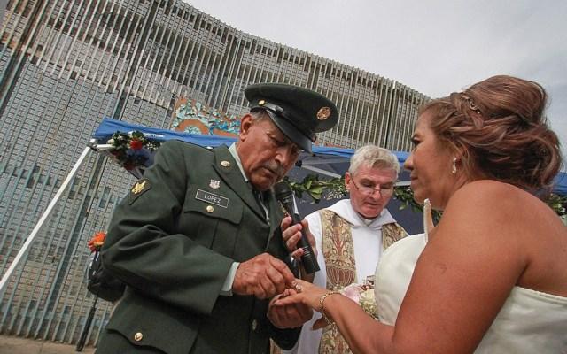 Veterano de guerra deportado a México se casa frente a muro fronterizo - Foto de EFE