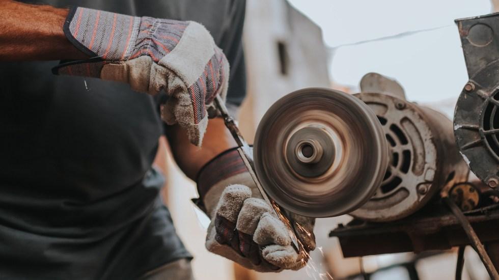 Producción industrial en México se desploma un 14.1 % en primer semestre - Sector de las Manufacturas. Foto de Luis Quintero / Unsplash