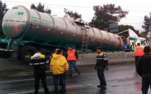 Pipa choca contra muro y se mete a las vías del Metro Tepalcates - sin servicio metro tepalcates por pipa en las vías