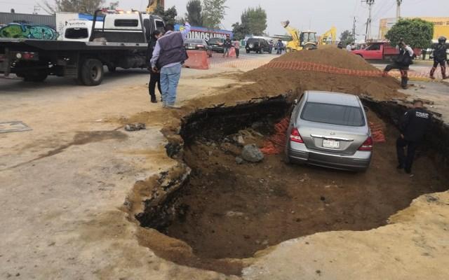 Automovilista ebrio cae en socavón en Nezahualcóyotl - Socavón en Nezahualcóyotl. Foto Especial