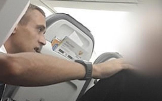 """Expulsan a hombre de vuelo tras amenazar con """"cortarle la cabeza"""" a miembro de la tripulación - Foto de Daily Mail"""