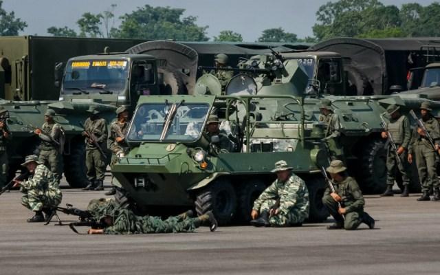 Venezuela inicia ejercicios militares al desplegar tropas en límites con Colombia - Foto de EFE