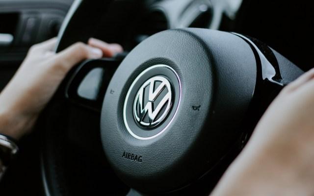 Inicia juicio masivo contra Volkswagen en Alemania - Volante de un auto Volkswagen. Foto de Julian Hochgesang / Unsplash