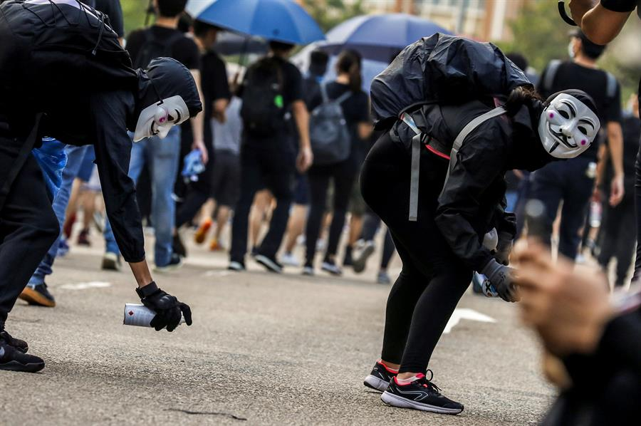 Policía de Hong Kong detiene a decenas de manifestantes