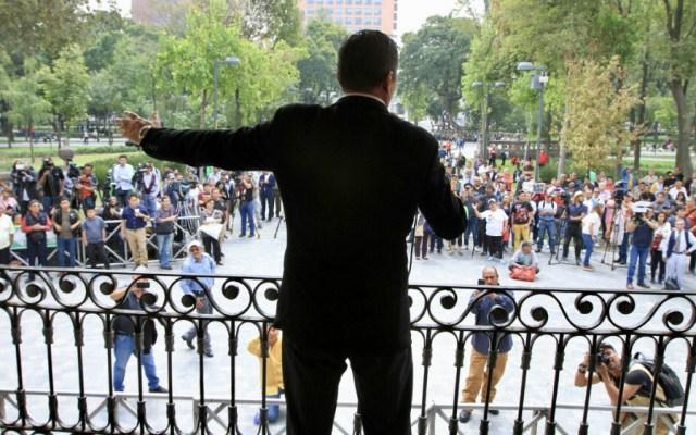 Seguidores de José José lo recuerdan en el karaoke de la Alameda Central - Foto de Notimex