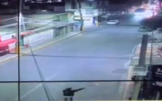 #Video Así ocurrió el asalto a usuarios de transporte público en Chicoloapan - Amenaza de asaltante a usuarios del transporte público de Chicoloapan. Captura de pantalla
