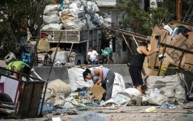 Después de Venezuela, Argentina tiene la situación más grave en América del Sur - Varias personas juntan cartones y basura como método de subsistencia en una villa de Buenos Aires, Argentina. Foto de EFE
