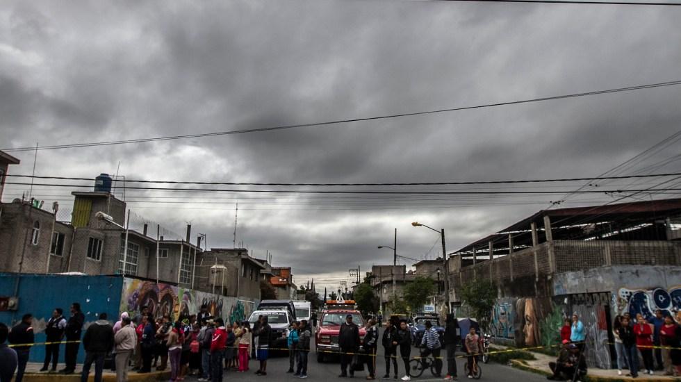 Agosto de 2020, el más violento del que se tenga registro; hay un homicidio cada 15 minutos en este sexenio - Vecinos observan escena del crimen donde asesinaron con arma de fuego a hombre en Nezahualcóyotl, Estado de México. Foto de Archivo Notimex-Ernesto Alvarez.