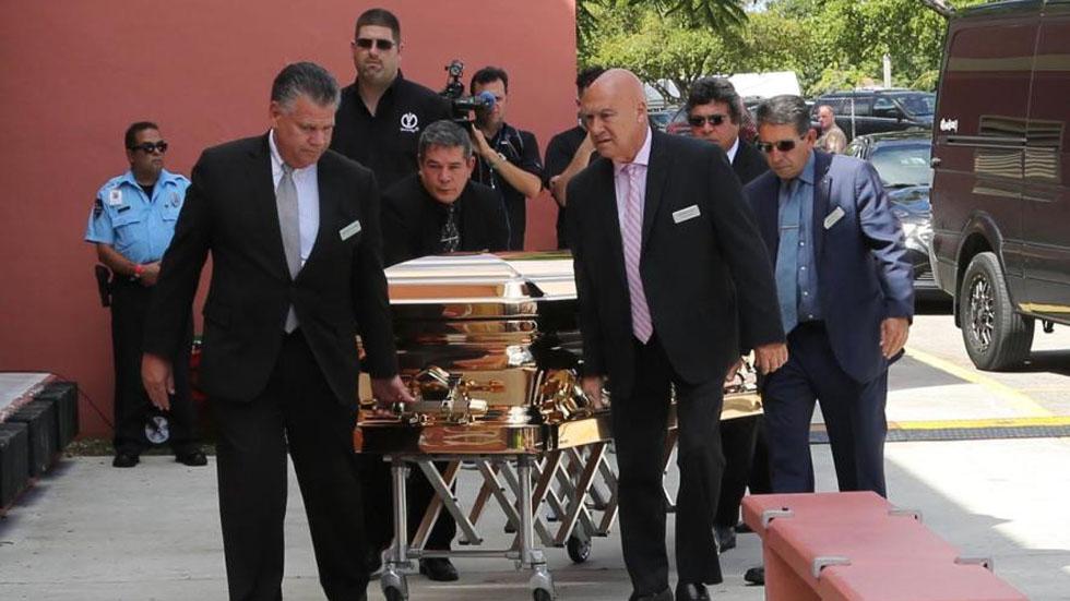 Restos de José José serán cremados: Sarita Sosa - Ataúd con los restos de José José. Foto de Univision