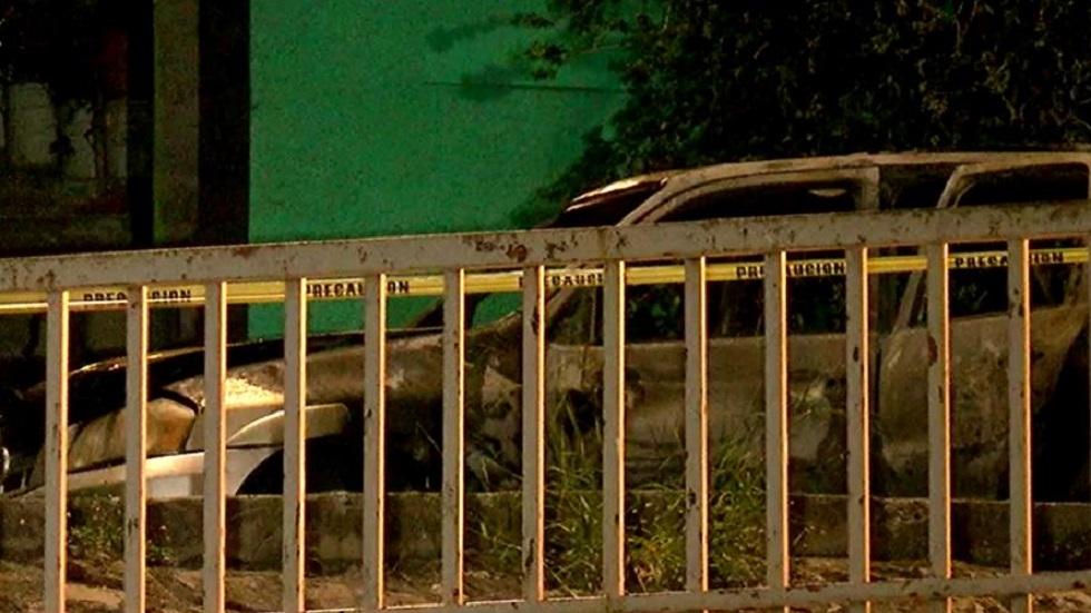 Auto calcinado con dos cuerpos dentro en Monterrey. Foto de @marychuyglez