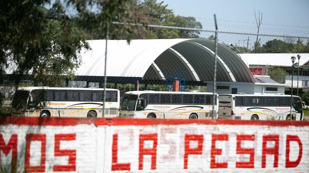 Normalistas de Michoacán retienen 24 autobuses; demandan plazas laborales - 16 de 24 autobuses secuestrados dentro de la normal de Tiripetío. Foto de EFE