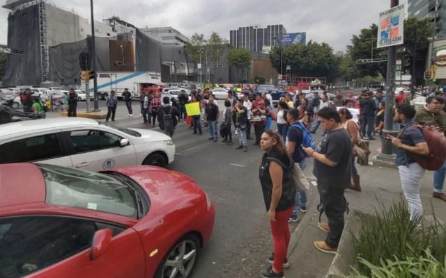 Comerciantes protestan afuera de Metro Chilpancingo por retiro de puestos - Foto de @FazulG