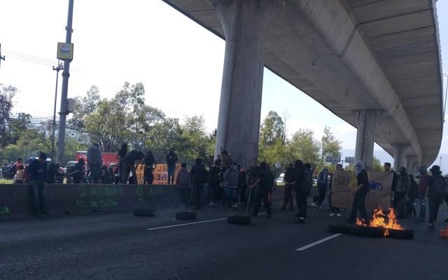 Encapuchados queman llantas y bloquean Periférico - Foto de @MelianMx