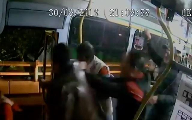 #Video Pasajero desarma a agresores y les dispara durante asalto a camión - Asalto a transporte público.
