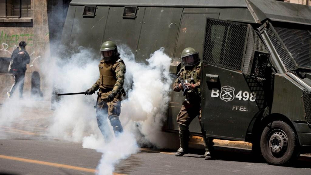 Carabineros de Chile rescatan a ministro de Salud durante protesta - Chile protestas manifestaciones disturbios