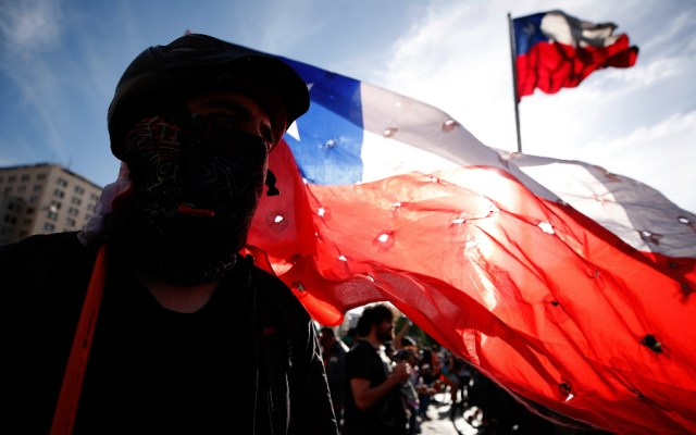 """Llaman a """"cacerolazo"""" a favor de nueva Constitución en Chile - Protesta en Chile. Foto de EFE"""