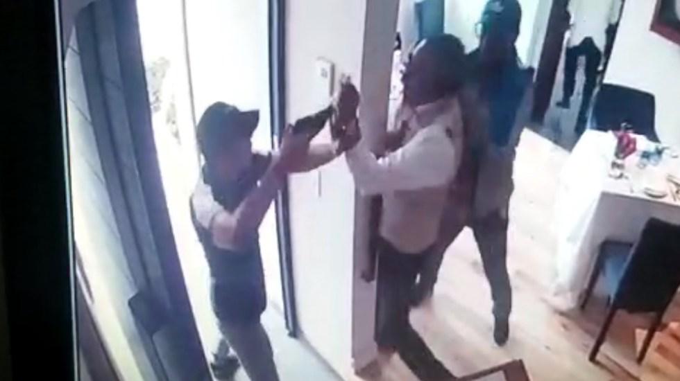 #Video Otro asalto en la Ciudad de México, ahora en un restaurante de Lomas de Chapultepec - Confrontación entre asaltantes y empleado de restaurante en Lomas de Chapultepec. Captura de pantalla