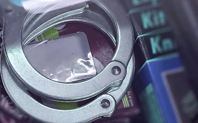 Detienen a cuatro por extorsión en Guanajuato - Detenido detención esposas arresto