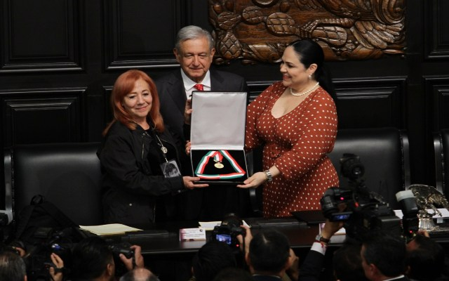 Rosario Ibarra regresa medalla Belisario Domínguez a AMLO por desaparecidos - Entrega de la Medalla Belisario Domínguez a Rosario Ibarra. Foto de Notimex