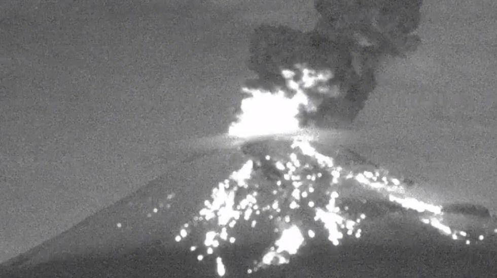 #Video Popocatépetl lanza fragmentos incandescentes en dos explosiones - Explosión del Popocatépetl a las 04:08 h del 2 de octubre de 2019. Captura de pantalla / @CNPC_MX