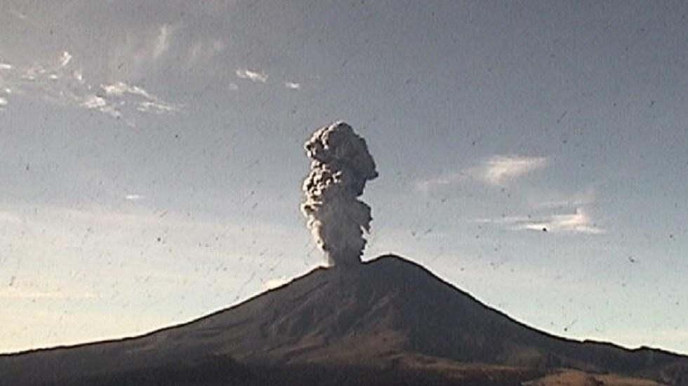 Volcán Popocatépetl suma ocho explosiones en las últimas 24 horas - Explosión moderada del volcán Popocatépetl. Foto de @CNPC_MX