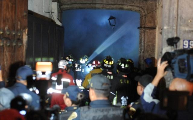 Rescatan a familia de edificio en llamas del Centro Histórico - Extinción de las llamas en edificio del Centro Histórico de la CDMX. Foto de Noticieros Televisa