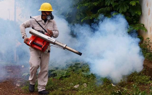 Asciende a 18 cifra de víctimas mortales por dengue en Veracruz - Fumigación en punto rojo de dengue. Foto de @SSALUDVeracruz