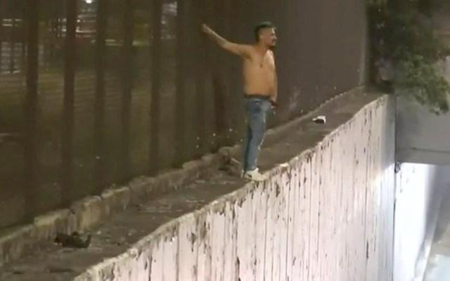 Rescatan a hombre que amenazaba con arrojarse de un puente en la GAM - Rescatan a hombre que amenazaba con arrojarse de un puente en la GAM