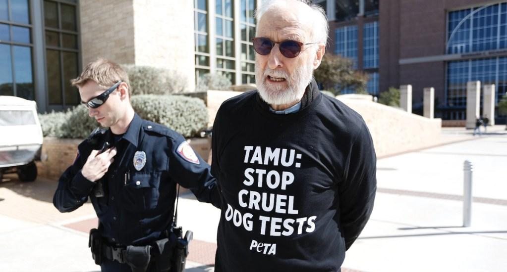 Detienen a James Oliver Cromwell durante protesta - Foto de Twitter PETA