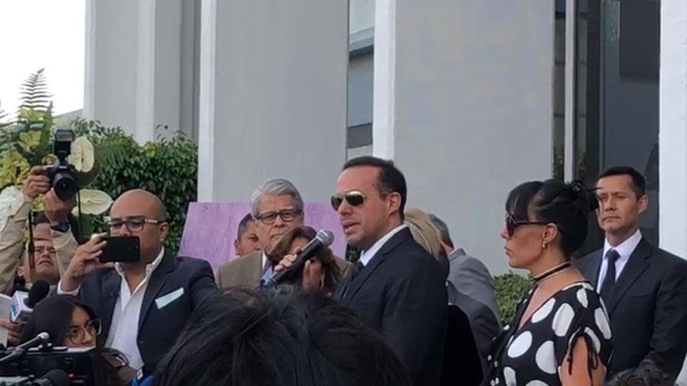 Trajimos de regreso el corazón de nuestro príncipe a su patria, afirma Marysol Sosa - José Joel y Marysol al llegar cenizas de José José a México. Captura de pantalla