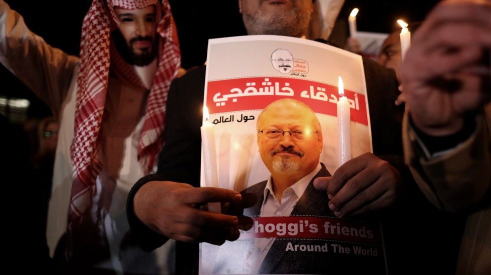 Reducen penas a involucrados en asesinato de Jamal Khashoggi - Manifestante con fotografía del periodista asesinado, Jamal Khashoggi, en Estambul. Foto de EFE