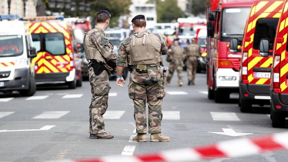 Investigan como acto terrorista el asesinato de 4 policías en París - Militares cercaron la Jefatura de Policía de París tras el ataque a policías. Foto de EFE