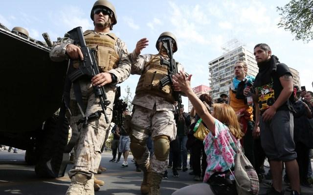 Protestas dejan tres muertos en Chile - Militares en Santiago de Chile. Foto de EFE