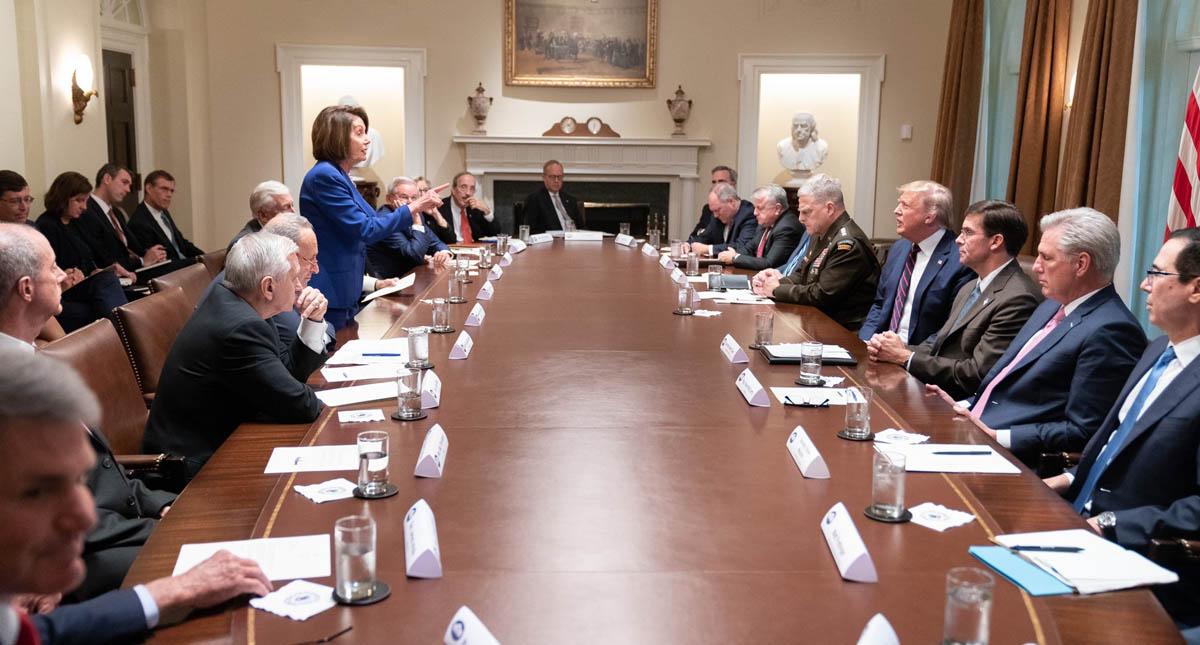 Llama Trump 'política de tercera' a Pelosi
