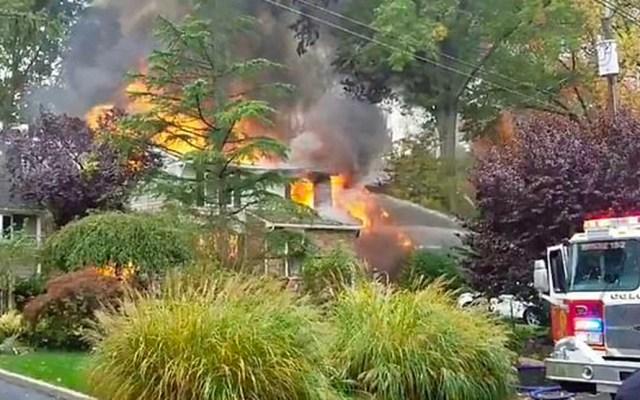Avión pequeño se impacta contra casa en Nueva Jersey e incendia dos viviendas - Accidente de avión en Nueva Jerser. Foto de Michael Yonone/Facebook