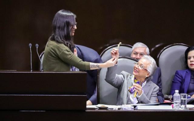 Diputada le regala cigarro de mariguana a Sánchez Cordero - Foto de Notimex