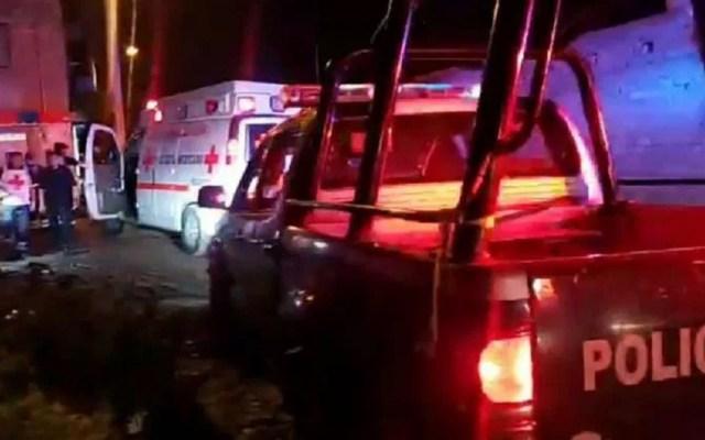 Ejecutan en Celaya a tres personas al interior de tienda de abarrotes - Policía y Cruz Roja en homicidio de tres personas en Celaya. Foto Especial / Zona Franca