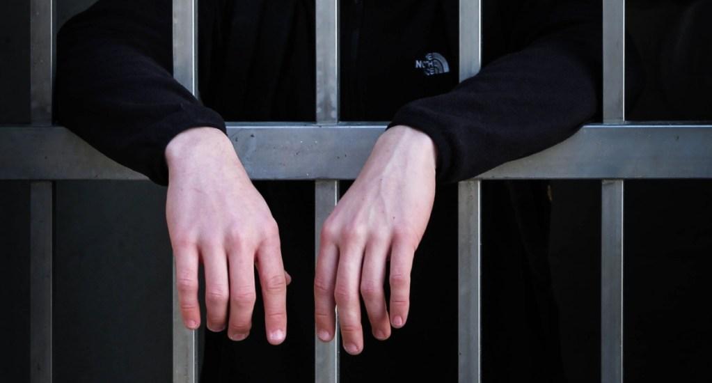 Detienen a exfuncionario de Finanzas capitalino por desvío de recursos - Prisión cárcel encarcelado