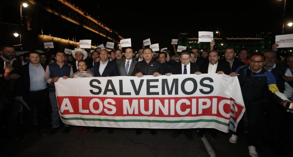 Más de 100 alcaldes protestan afuera de Palacio Nacional - Protesta de alcaldes afuera de Palacio Nacional. Foto de @EnriqueVargasdV