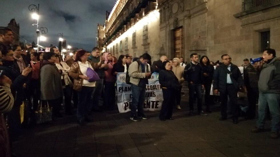Profesores del Conalep protestan afuera de Palacio Nacional - Protesta de profesores del Conalep afuera de Palacio Nacional. Foto de @IztacalcoI