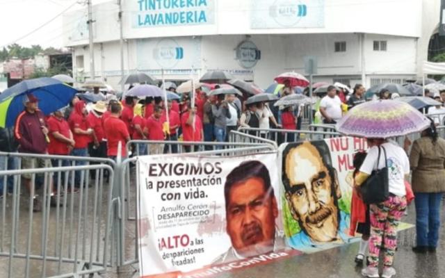 Protestan en Congreso de Guerrero por desaparición de activista - Foto de Bajo Palabra