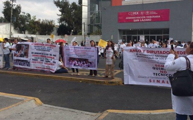 Protestan químicos frente a Cámara de Diputados - Foto de @Isa_Uribe